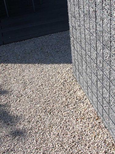 Dolomiet split langs een grindschutting