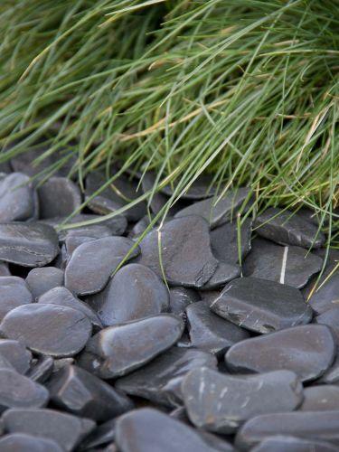 Flat pebbles zwart 30 - 60mm aangelegd in siertuin