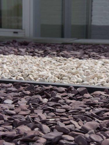 Flat Pebbles paars 30/60 siertuin aangelegd