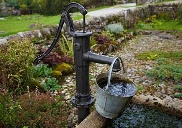 Tuin aanglegd grind met waterpomp